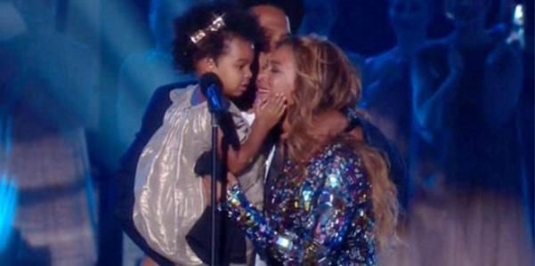 2 Blue Ivy spaziale sul palco degli MTV Video Music Awards 2014