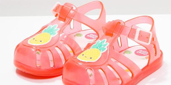Ananas sorridenti sui sandali in gomma di Gioseppo