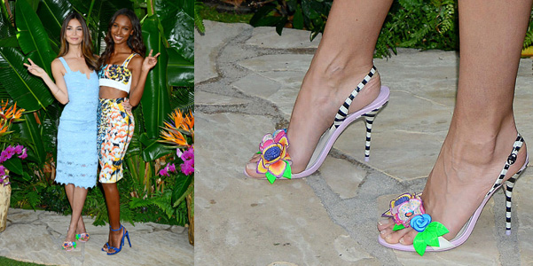 Lily Aldridge indossa sandali Sophia Webster