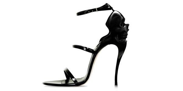 I sandali neri secondo Safa Sahin