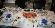 La condivisione della tavola con commensali allegri dai cuori gentili, dalle ere piu' remote, e' una gioia che si perpetua...