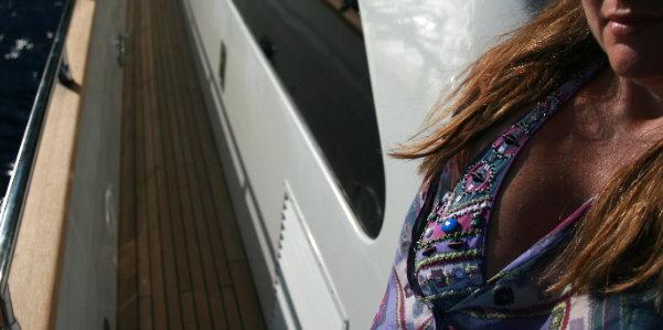 Seta miss bikini sullo yacht Imperial