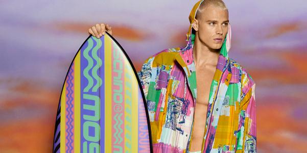 Moschino Resort 2022 ci porta a far surf