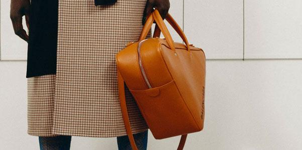 f7f587bb35 Scopriamo le prime anticipazioni di Balenciaga per la Pre-Fall 2017 e in  particolare le borse, che si fanno triangolari. Originali come sempre, le  borse di ...