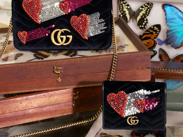 d358aea01c Nonostante la sua inaccessibilità non riusciamo a smettere di desiderarla.  Il cuore della collezione è la borsa GG Marmont declinata in velluto con  ricami ...