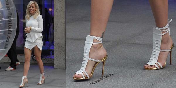 Rita Ora Louboutin sandali bianchi