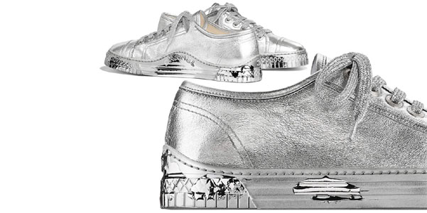 Sneakers laminate di Chanel