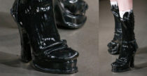 Gli stivali verniciati di Maison Margiela sono sandali