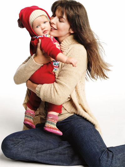 Milla Jovovich nella campagna Gap Natale 2008 insieme al figlio