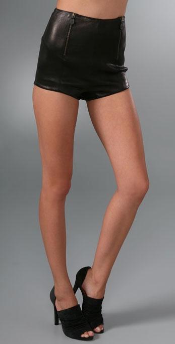 0a4402102aff05 Trend alert? Gli shorts in pelle di Alexander McQueen | Very Cool!
