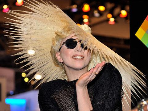 Lady Gaga diventa designer di cappelli  17db2916423d