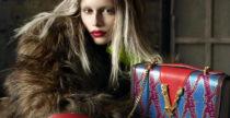 Kaia Gerber senza sopracciglia per Versace autunno 2019